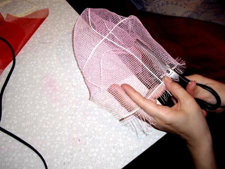 Как оформить букет сеткой своими руками 11