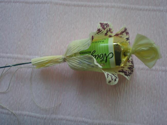 Поделки из конфет и гофрированной бумаги своими руками